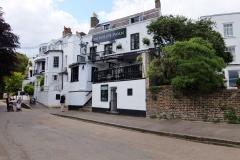 26 Twickenham White Swan, a 5 min walk to King St